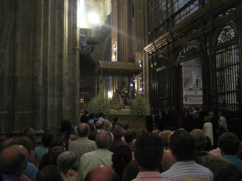 virgen-de-los-reyes-dentro-de-la-catedral-entrando-a-su-capilla.jpg